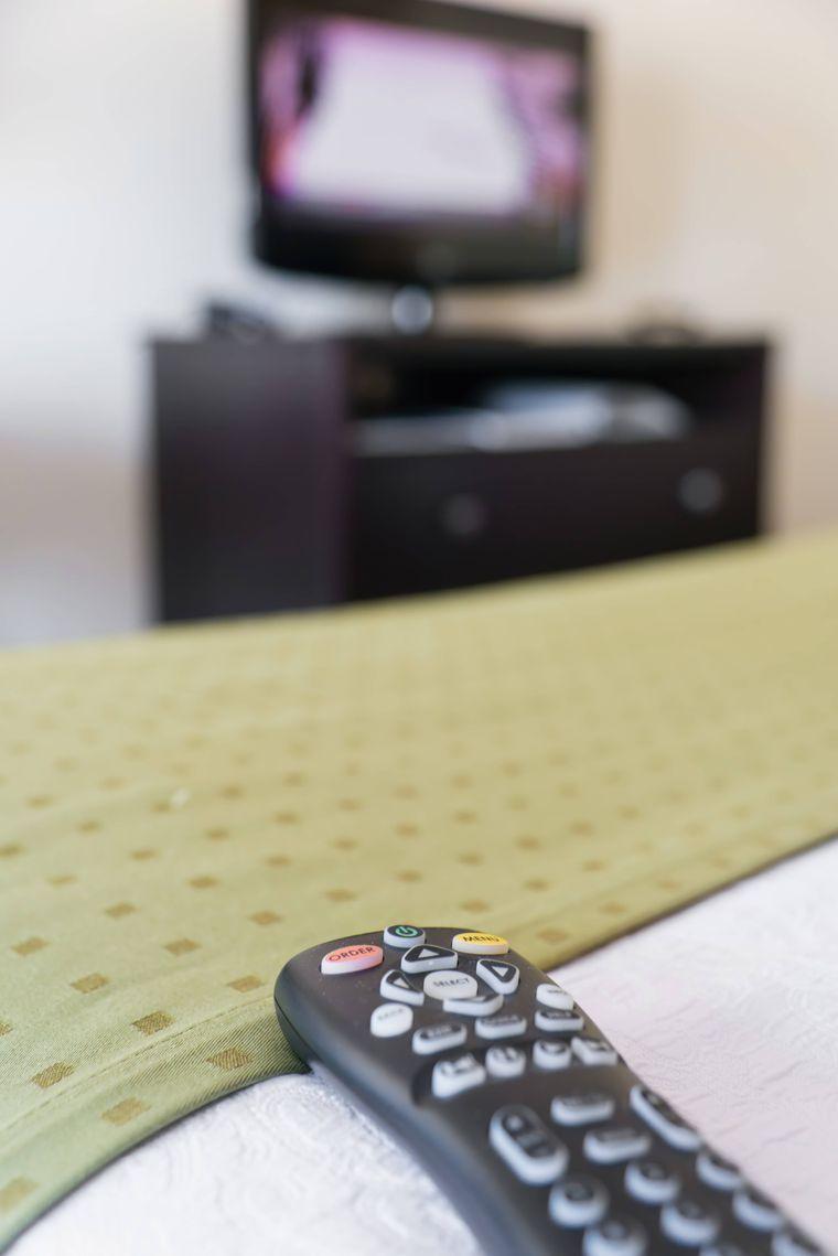 Erst desinfizieren, dann anfassen: Auf Hotelfernbedienungen lauern Bakterien.