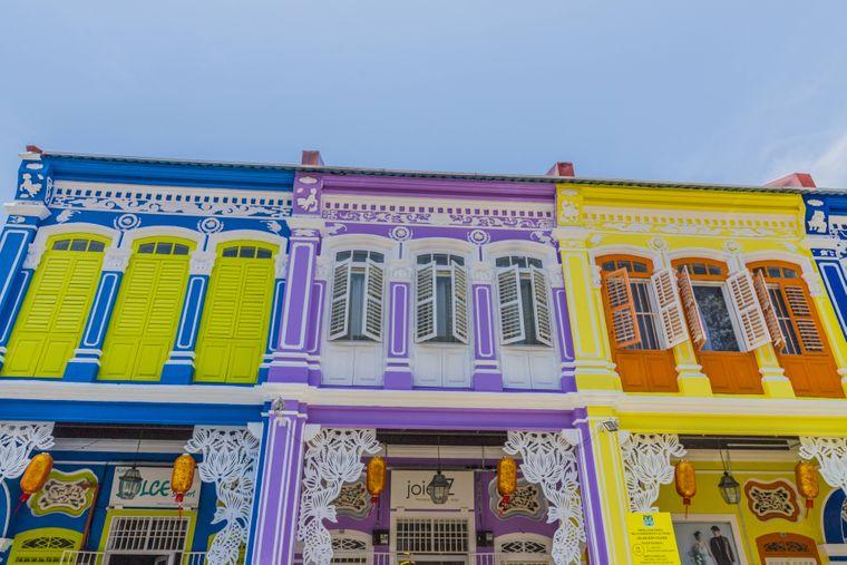 Die bunten Shophouses an der Kek Chuan Jalan Road gehören genauso zu George Town wie Gebäude, die an die koloniale Vergangenheit erinnern.