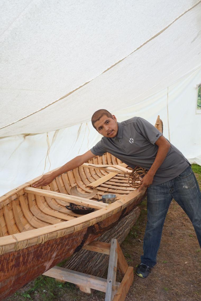 In Kinawit zeigt Branden Nodin Ratt sein selbstgebautes, traditionelles Kanu.