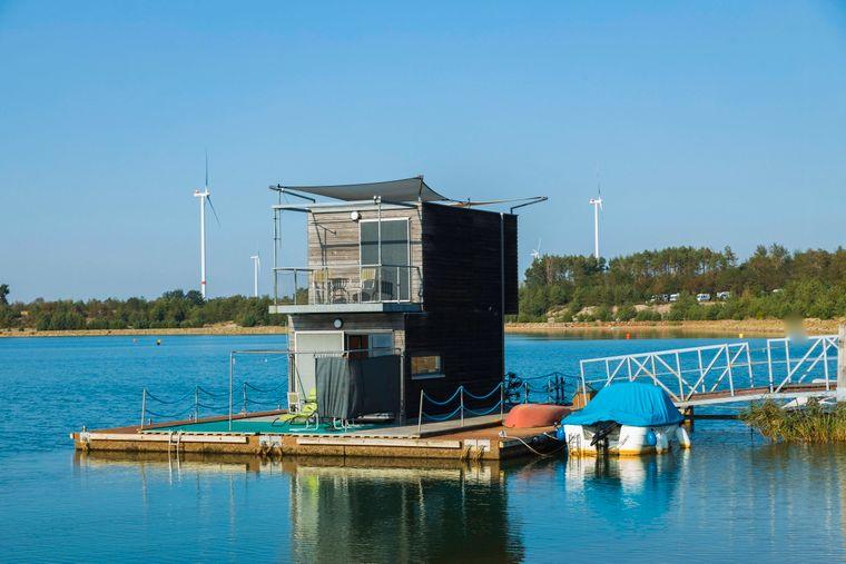 Das schwimmende Ferienhaus auf dem Partwitzer See lädt ganzjährig zu einem Urlaub auf dem Wasser ein.