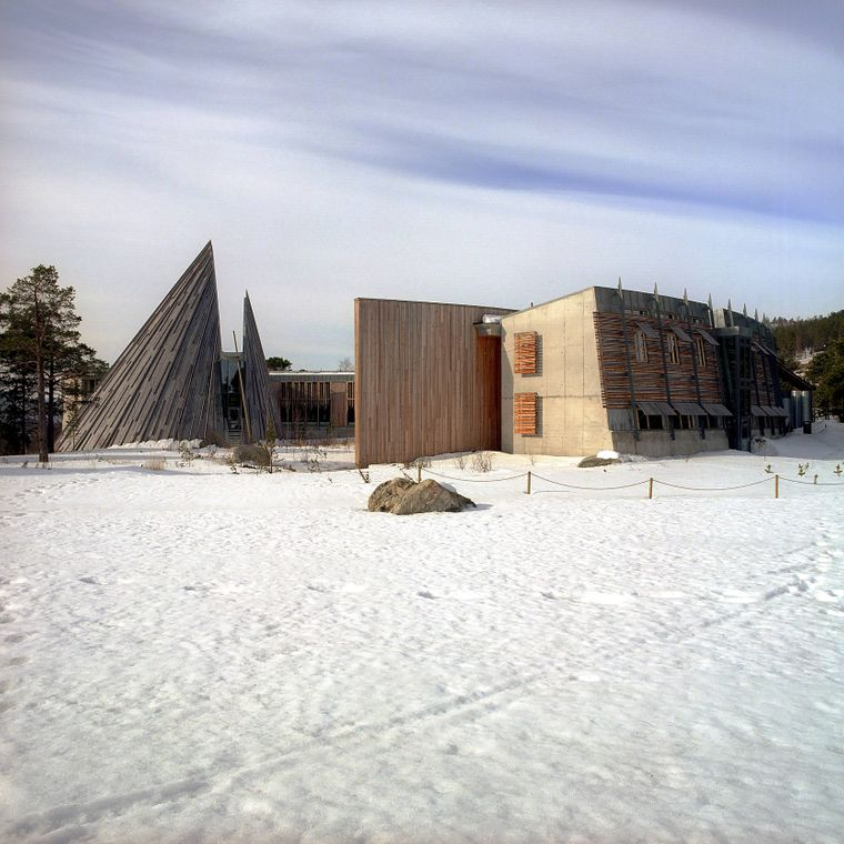 Ein Teil des samischen Parlamentsgebäudes in Karasjok im norwegischen Lappland hat die Form eines traditionellen Lavvu-Zeltes.