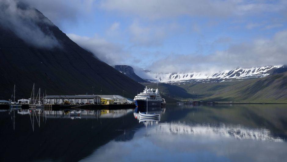 Die Landschaft von Island zieht immer mehr Touristen an – im Westen etwa der Hafen von Isafjördur.