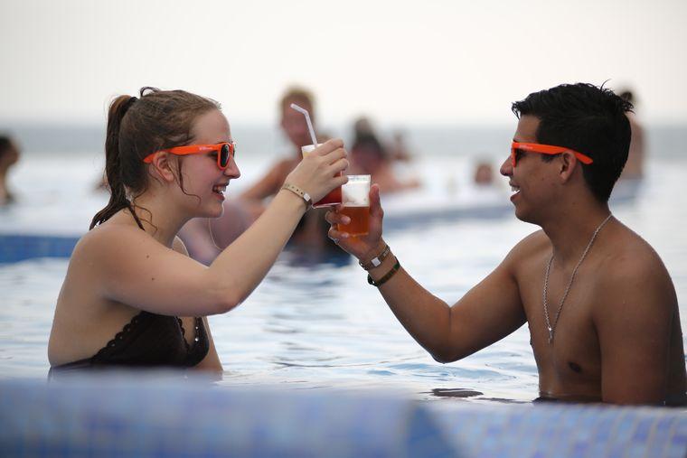 Darauf erst mal im Pool anstoßen. Outfit: Badehose, Bikini – und reisereporter-Sonnenbrille.