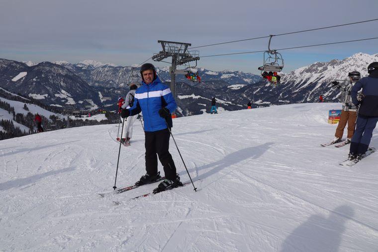 Vor dem Abgrund: Nach zwei Tagen traut sich reisereporter Uwe mit Skiern an den Füßen zumindest bis an den Start der Piste.