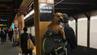 Die New Yorker sind recht belastbar, wenn es um ihre Tiere geht. Dieser Mann wartet auf die U-Bahn und hat seinen Hund huckepack genommen.