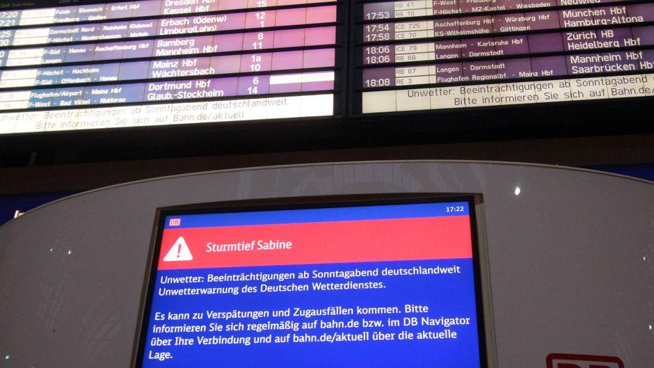 """Anzeigetafel der Deutschen Bahn mit Informationen zum Sturmtief """"Sabine""""."""