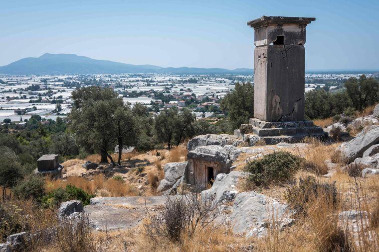 Neben bedeutenden Resten von Tempeln und städtischen Bauten bietet Xanthos eine Reihe einzigartiger lykischer Denkmäler.