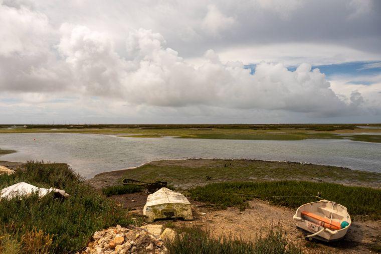 Unzählige Kanäle schlängeln sich durch die Algarve Region in Portugal.