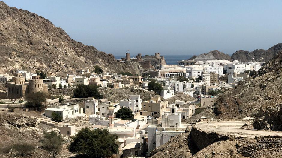 Blick auf Maskat: Die Hauptstadt des Omans hat sich in den vergangenen 45 Jahren sehr verändert. Heute treffen hier Traditionen und Moderne aufeinander.