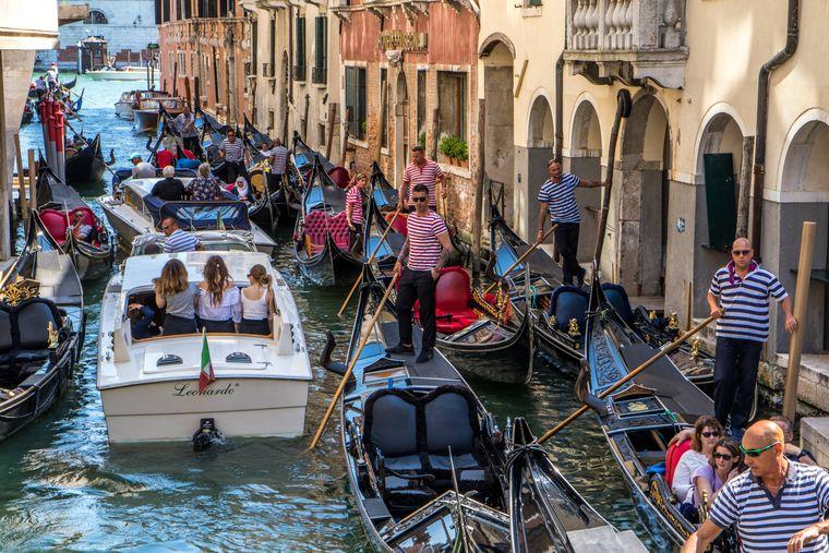 Dichtes Gedränge auch auf dem Wasser: Venedig leidet unter den vielen Touristen.