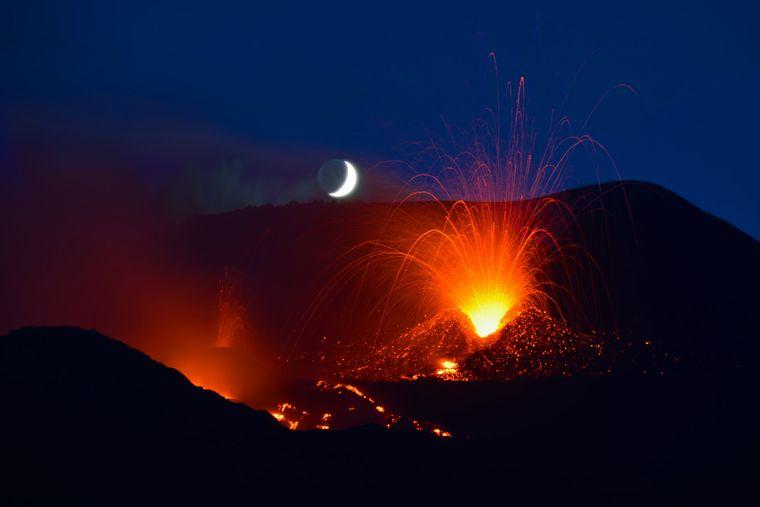 Im Jahr 2014 brach der Ätna spektakulär aus, samt Explosionen im Mondschein.