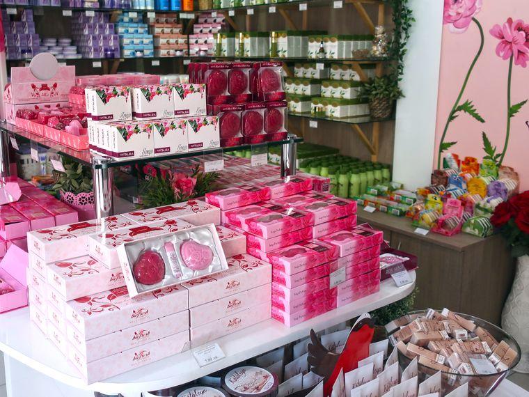 In Bulgarien wächst die besondere Damaszener-Rose, aus der das wohl teuerste Rosenöl der Welt hergestellt wird. Deutlich günstigere Souvenirs findest du in vielen Läden.