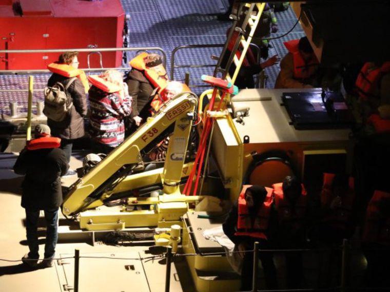 """Passagiere werden von der """"MS Edelweiss"""" evakuiert."""