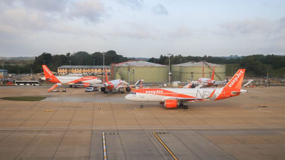 Flugzeuge der Airline Easyjet am Flughafen London-Gatwick.