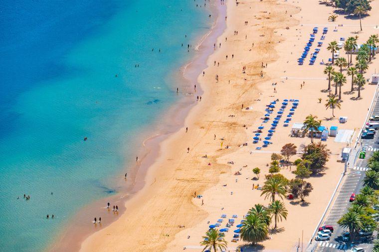 Der Playa de Las Teresitas oder der Palmenstrand mit seinem glasklaren Wasser.