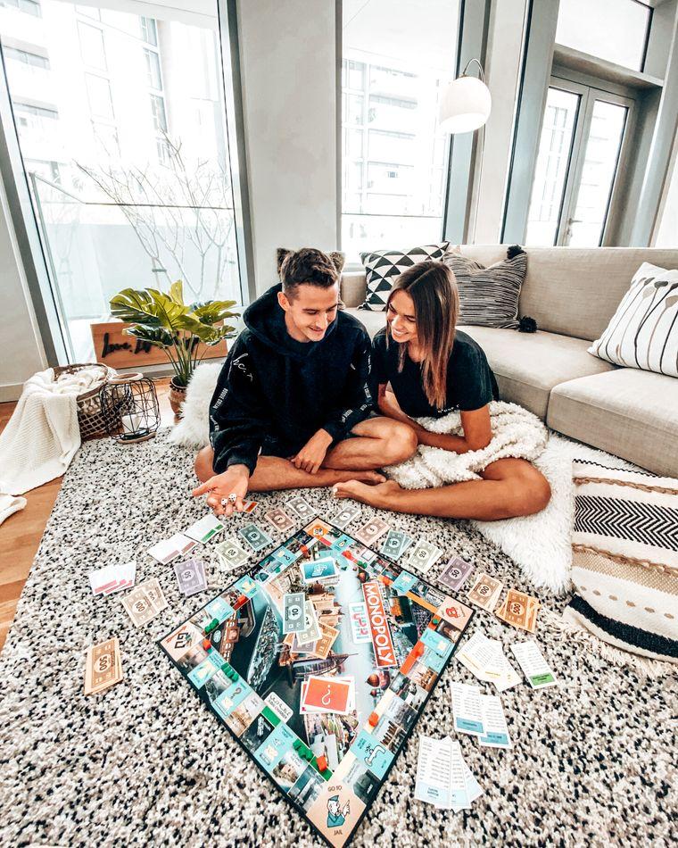 Anika und Tayler leben in Dubai. Sie vertreiben sich die Zeit unter anderem mit Monopoly.
