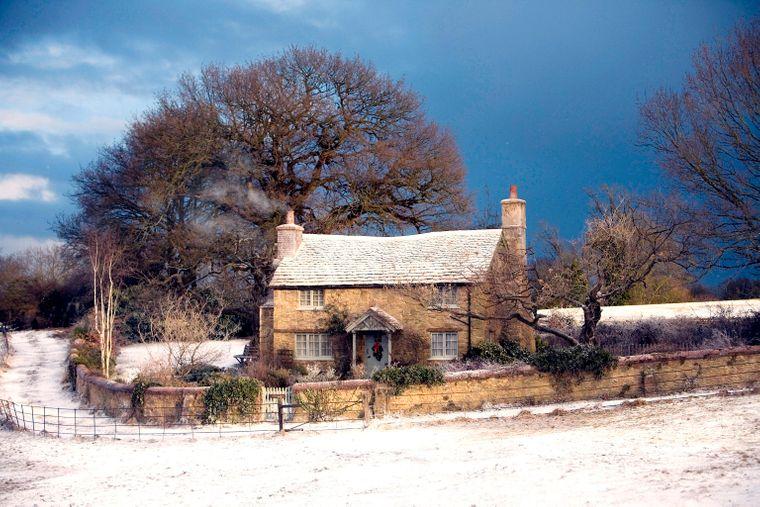 """Das """"Rosehill Cottage"""" aus dem Film """"Liebe braucht keine Ferien"""" gibt es leider nicht in Wirklichkeit –dafür gibt es ein Häuschen in Surrey, das fast genauso aussieht."""