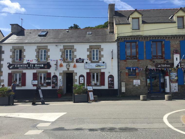 Steinhäuser mit blauen Fensterläden sind typisch für die Bretagne.