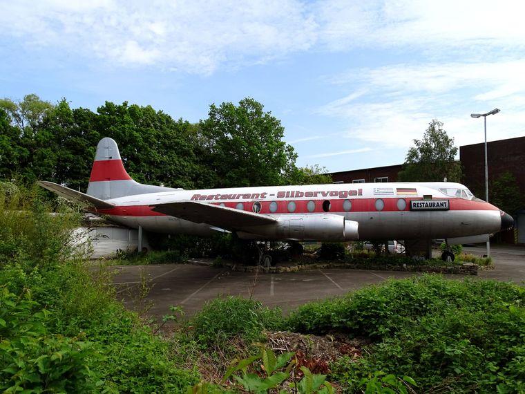 Blick auf eine historische Vickers Viscount, die nun in Hannover als Silbervogel-Restaurant die Besucher an Bord mit griechischen Köstlichkeiten verwöhnt.
