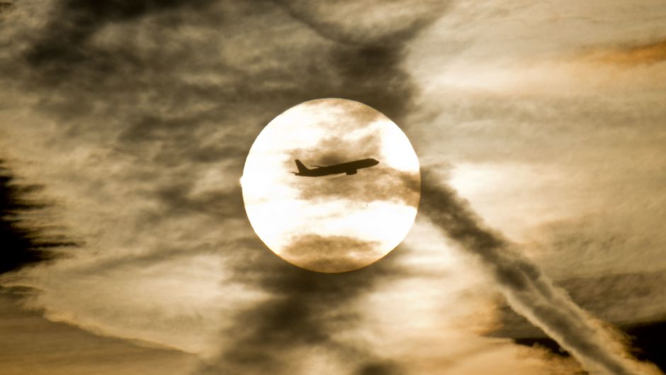 Flugzeug am Himmel – Flugreisen sind besonders klimaschädlich.