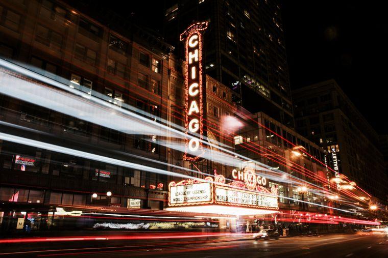 Eine Szene bei Nacht in Chicago.