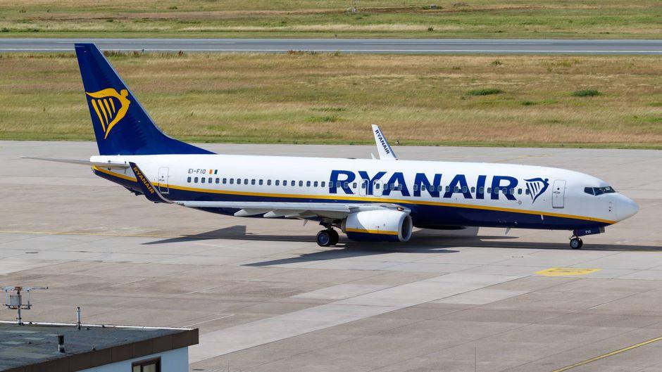 Eine Boeing 737-800 von Ryanair am Flughafen in Nürnberg.