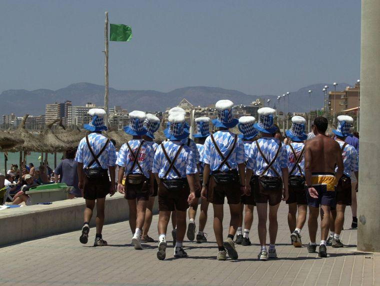 Im Oktoberfest-Outfit über die Promenade: Deutsche Urlauber sind in Spanien am unbeliebtesten.