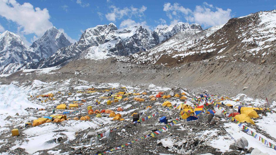 Bergsteigercamps am Fuße des Mount Everest. Hier blieb bisher der Müll einfach liegen.