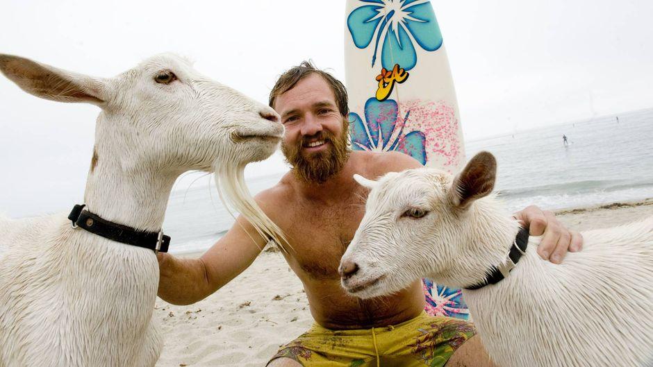 Dana McGregor mit seinen Ziegen Pismo und Goatee an einem Strand in Kalifornien.