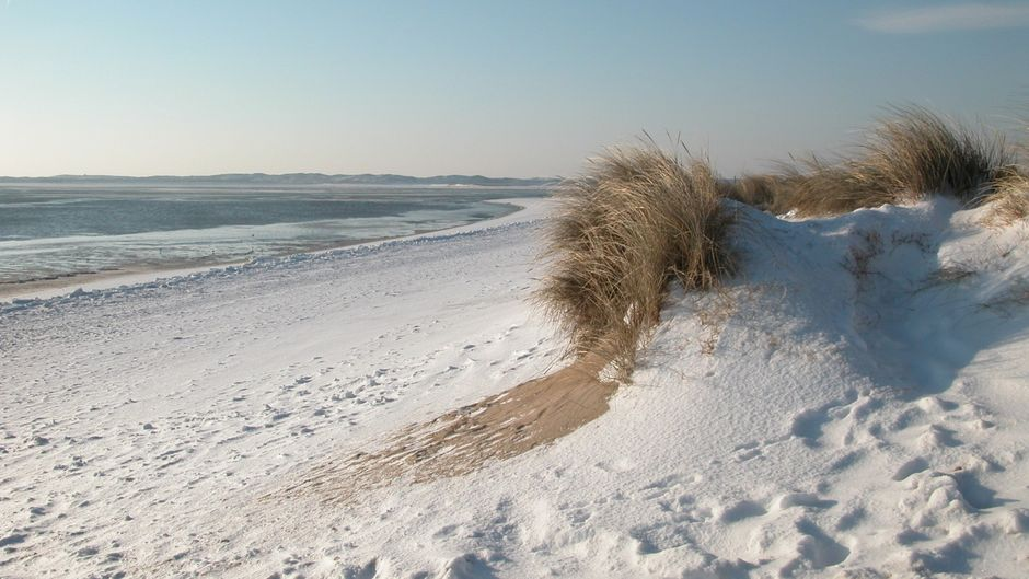 Strand mit Schnee auf Sylt.