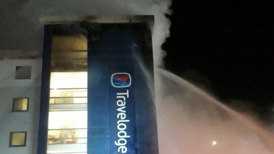 Travelodge Hotel in Brentford, London, in Flammen.
