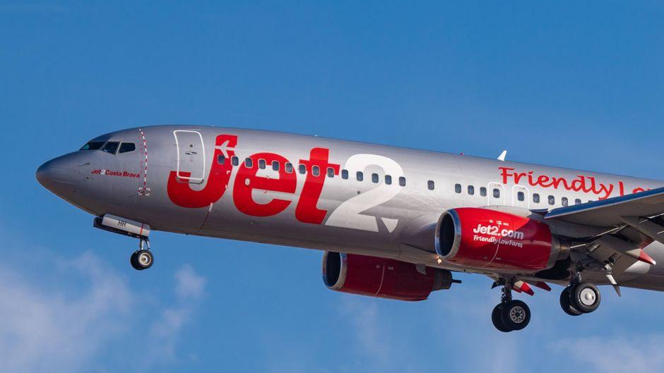 Ein Flugzeug der britischen Billig-Airline Jet2 am Himmel.