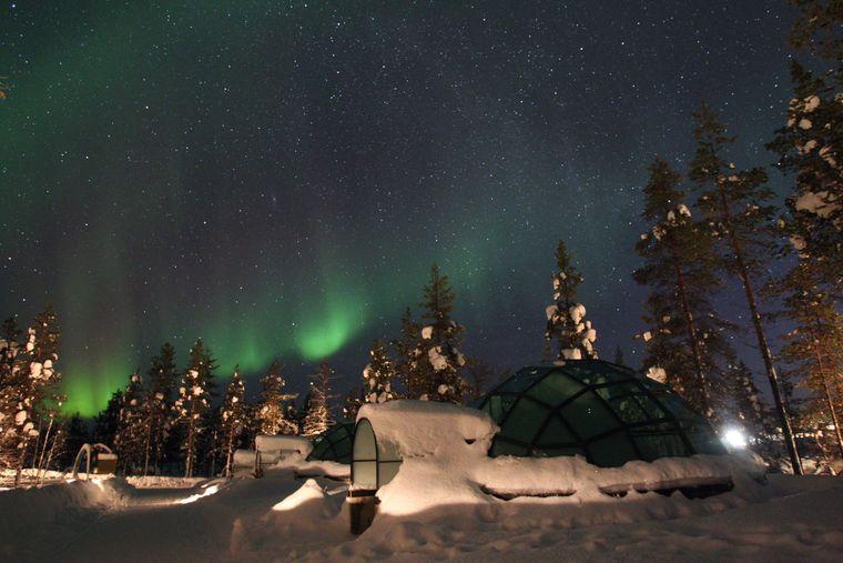 Ein Hotel in Finnland vermietet Iglu-artige Hütten aus Glas.