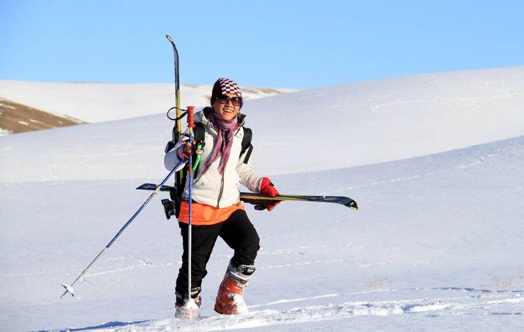 Eine afghanische Frau im Skigebiet Bamyan in Afghanistan.