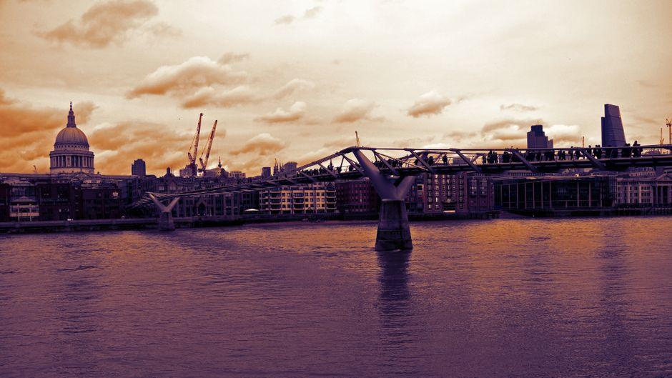 Die Millennium Bridge verbindet die City of London mit dem Stadtteil Southwark und ist besonders in der Dämmerung ein echter Hingucker.