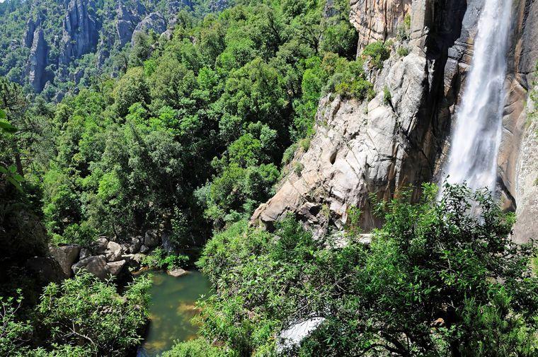 Seitlicher Blick auf den Wasserfall Piscia di Gallo auf Korsika.