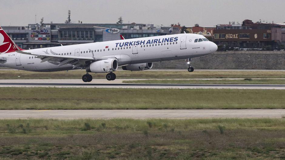 Ein Airbus von Turkish Airlines landet in Istanbul.