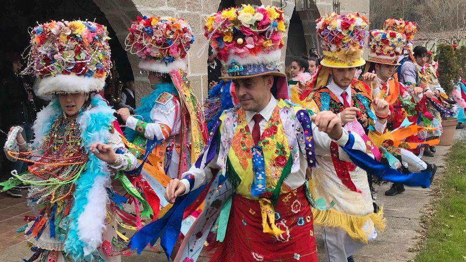 """Karneval in Galicien: In Cobres sind die tanzenden """"Madamas e Galáns"""" eine Attraktion."""