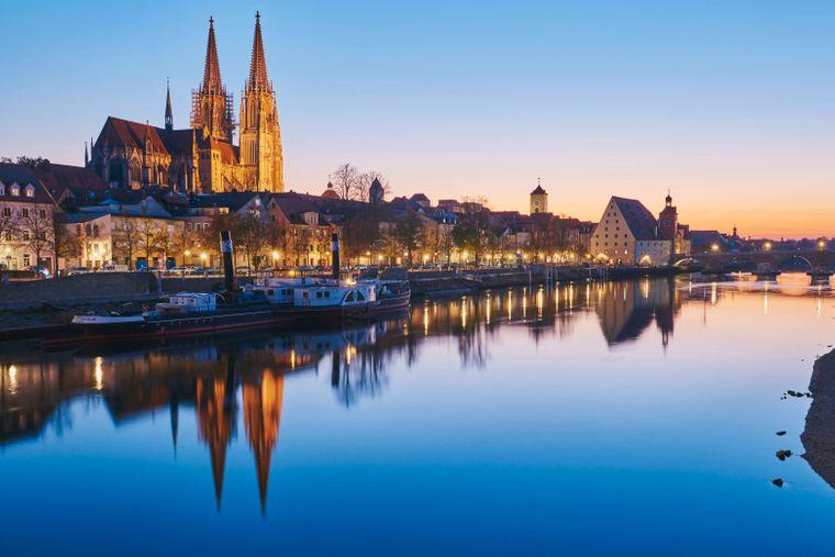 Die Altstadt mit Regensburger Dom an der Donau im Abendlicht.