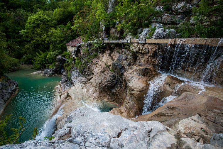Wasserfall und Wassermühle am Fluss Mirna in Kotli.
