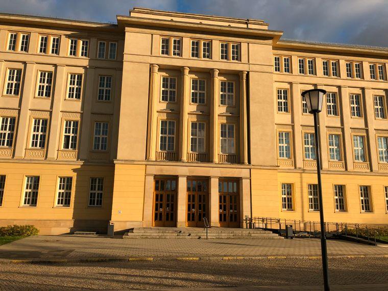 Das Eisenhüttenstädter Rathaus ist ein guter Ausgangspunkt für Erkundungstouren.
