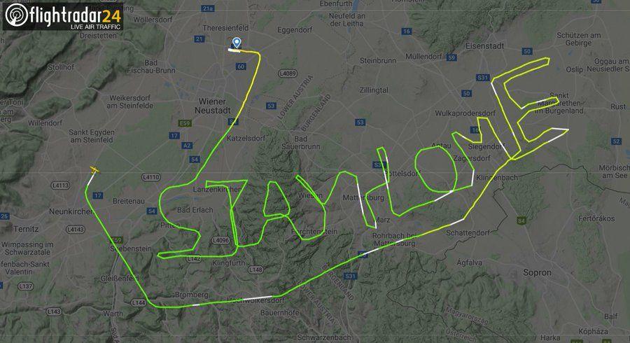 """""""Stay home"""": Pilot fliegt eine Flugroute mit einer Botschaft."""