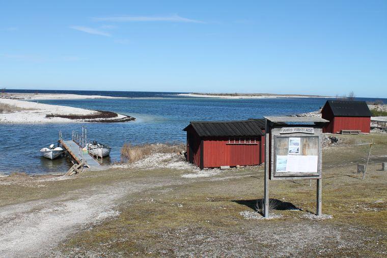 Das Fischdorf Ahrs Fiskeläge liegt westlich von Fårosund im Norden von Gotland, Schweden.