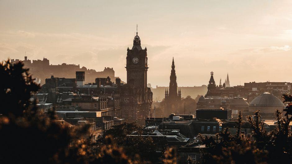 Blick vom Calton Hill auf die schottische Hauptstadt Edinburgh.