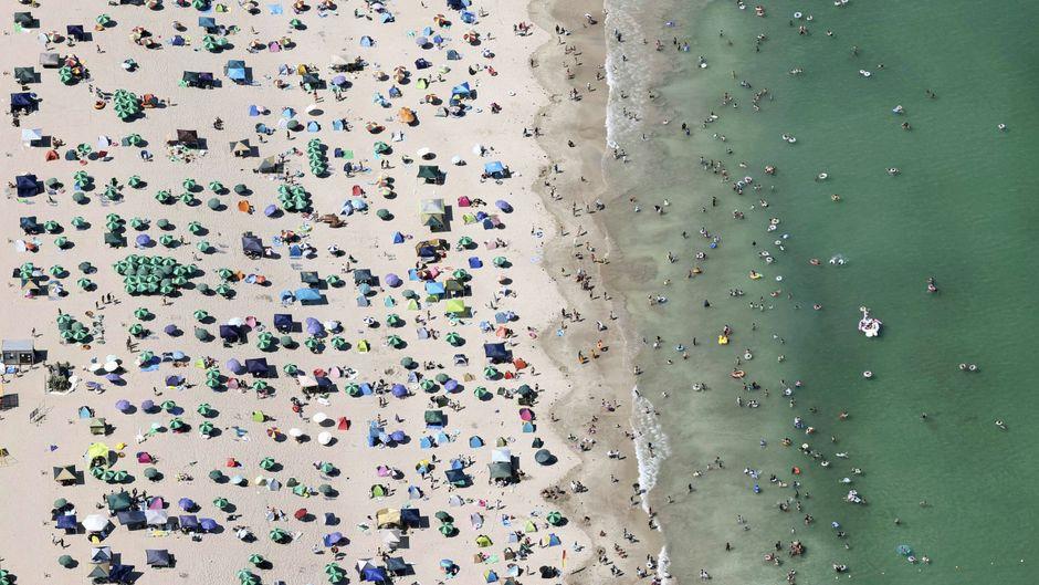 Trotz steigender Infektionszahlen gibt es immer wieder Platzprobleme am Strand. (Symbolbild)