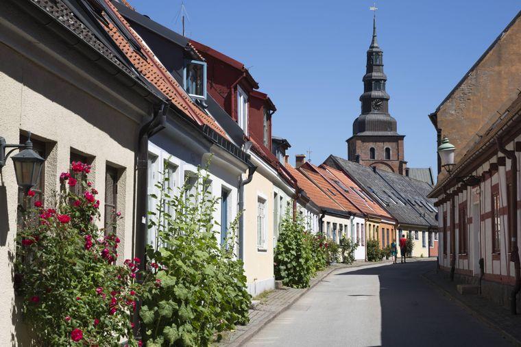 Idyllisch ist's hier: Blick auf die Straße Lilla Vastergatan Richtung Sankta-Maria-Kirche in Ystad.