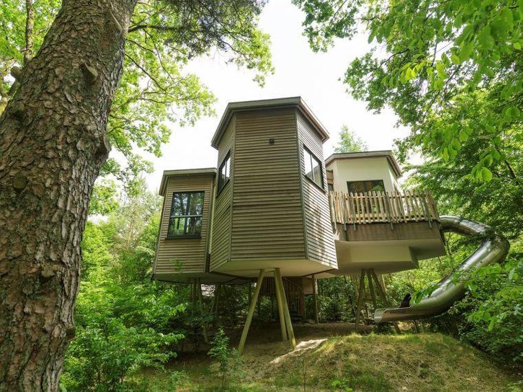 Sogar in Baumhäusern kannst du hier übernachten.