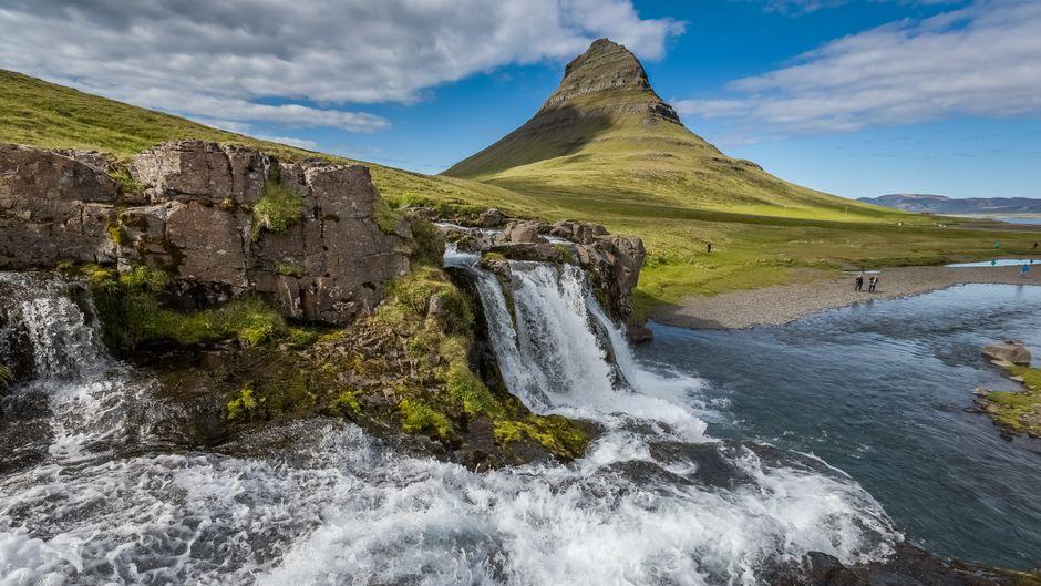 Der Wasserfall Kirkjufellsfoss vor dem Berg Kirkjufell auf der Halbinsel Snæfellsnes ist normalerweise ein Touristenmagnet. In den vergangenen Monaten war es hier wie vielerorts auf Island eher einsam.