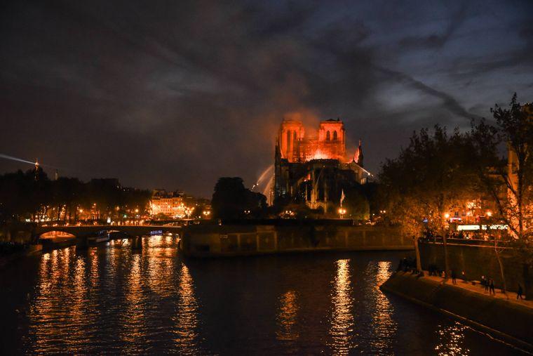 Dieser Bilder haben viele Menschen weltweit ins Herz getroffen: Notre-Dame brennt.