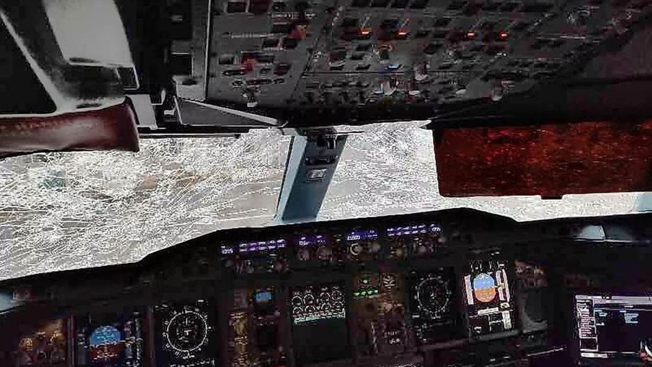 Die Scheiben des Airbus A380 zersplitterten im Hagelschauer.